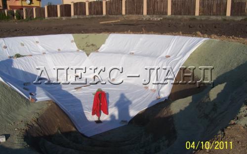 Строительство прула:укладка геотекстиля.
