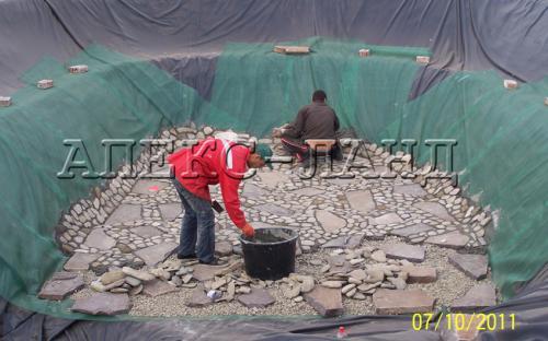 Строительство водоема: декорирование природным камнем.